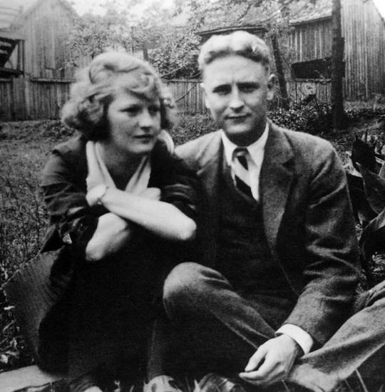 """因为退稿信带来的无望,作家菲茨杰拉德(右)的女朋友泽尔达(左)曾提出分手。幸好最后""""修成正果""""。"""