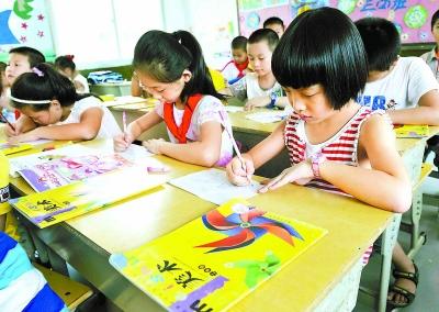 闽侯实验小学的学生在使用循环教材上美术课。游庆辉 摄