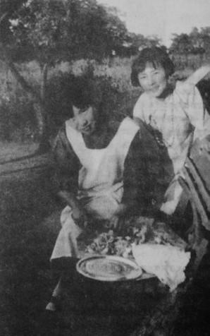 1925年夏,冰心(左)和林徽因