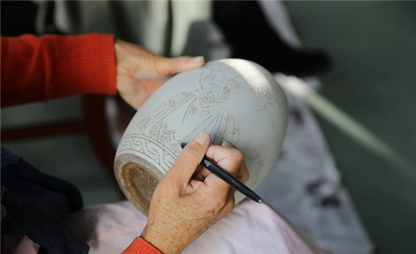 现场展示彩陶的制作过程