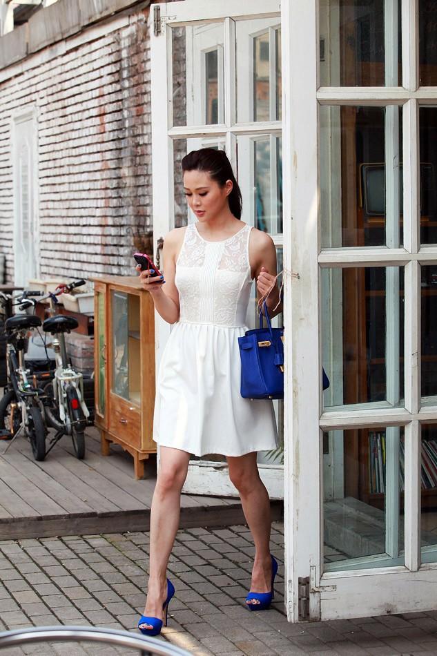白色连衣裙:zara宝蓝色凉鞋:zara手拎包:hermes