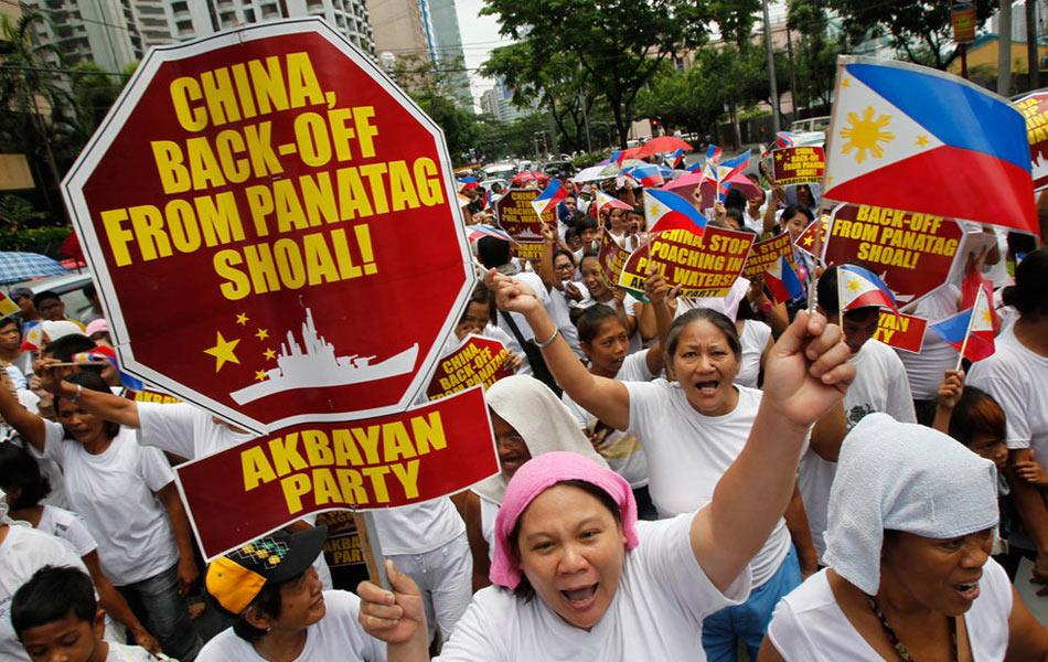 5月11日,中国驻菲使馆外交人员称,当天中午约300名菲民众聚集在使馆前进行反华示威。截至13时示威人群已散去。示威活动没有过激行为。现场记者一度要比来参加抗议的人多。