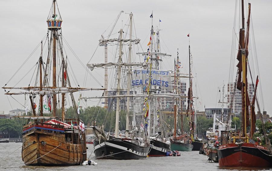 当地时间6月3日下午2点30分,为庆祝英国女王伊丽莎白二世加冕60周年,来自英国各地、英联邦和世界各地的1,000艘船舰浩荡巡游伦敦泰晤士河。女王和女王的丈夫爱丁堡公爵也将乘坐皇家游艇加入巡游队伍。图为参与巡游的船只在泰晤士河集结,准备参加千船巡游。