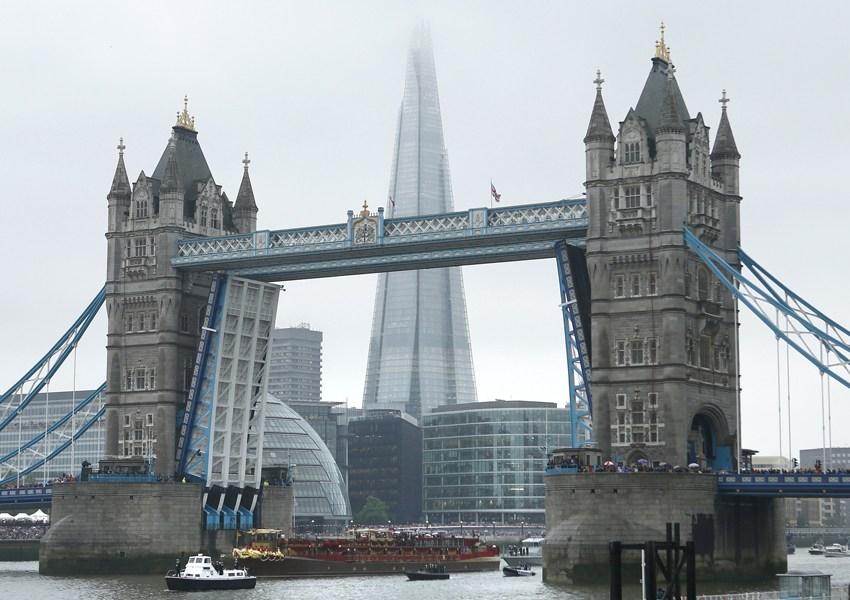 穿过伦敦塔桥