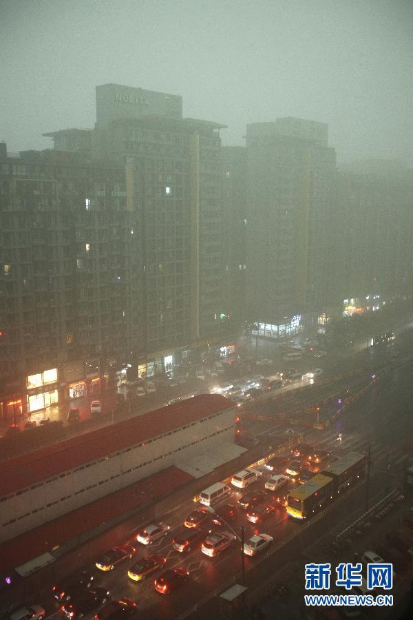 7月21日,广渠门桥附近,车辆打开车灯行驶。当日下午13时左右,北京突降大雨,顿时白昼如夜,车辆纷纷打开车灯行驶。 新华社发(李方宇 摄)