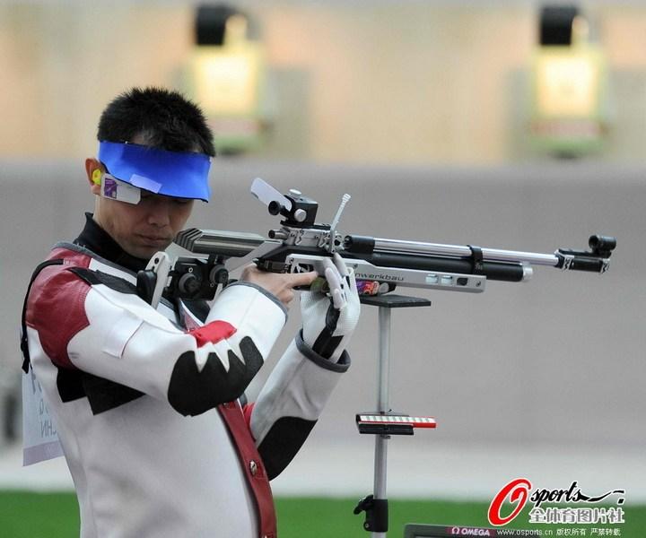 7月30日,伦敦奥运会射击男子10米气步枪资格赛结束,朱启南止步王涛进决赛。图为朱启南。