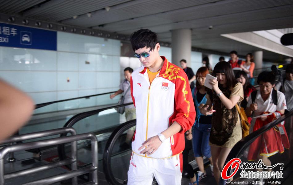 北京时间8月6日,中国游泳队结束伦敦奥运征程,大部队回国。今天下午2点左右,孙杨、叶诗文、焦刘洋同机抵达,一行人出现在首都机场便引起了轰动。