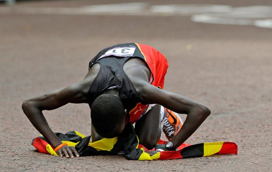 北京时间8月12日晚,在伦敦奥运会男子马拉松比赛中,乌干达选手史蒂芬-基普罗蒂奇以2小时08分01秒的成绩获得金牌。肯尼亚的基鲁伊夺得银牌,成绩是2小时08分27秒。另外一位肯尼亚选手威尔森-基普罗蒂奇获得铜牌,他的成绩是2小时09分37秒。