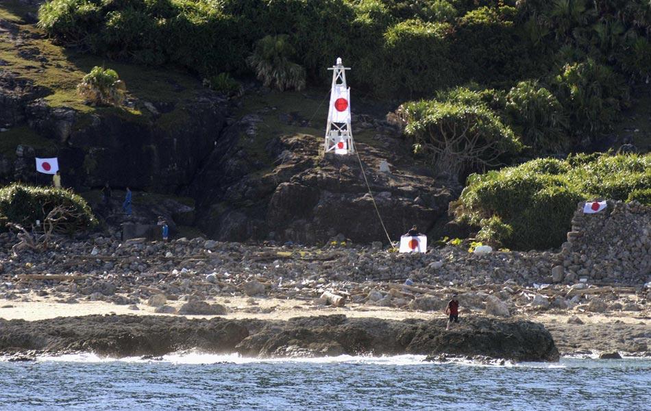 据央视报道,日本10名右翼分子游泳登上钓鱼岛,插上日本国旗。