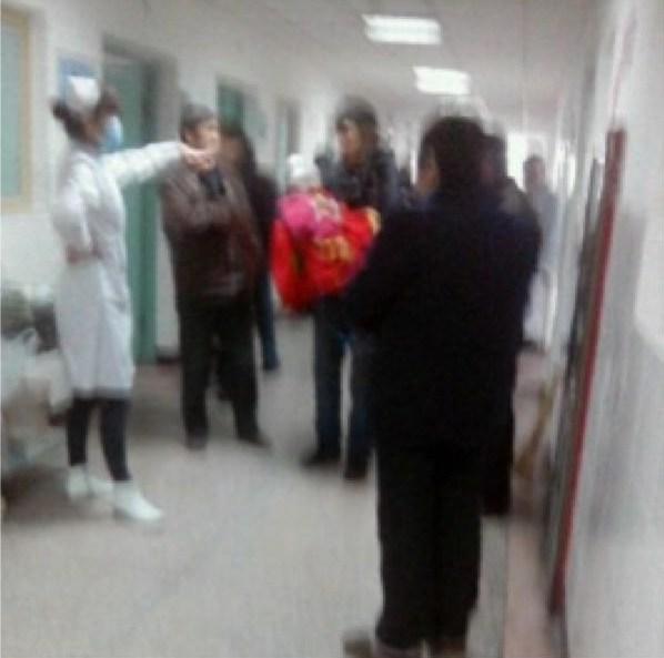 12月14日早上,河南光山县文殊乡一名男子持刀在该乡陈棚村完全小学门口砍伤学生,警方在村干部的协助下,迅速将犯罪嫌疑人闵应军(男36岁,文殊乡邹棚村桃元组人)控制。现已查明,受伤的学生22人,民众1人。