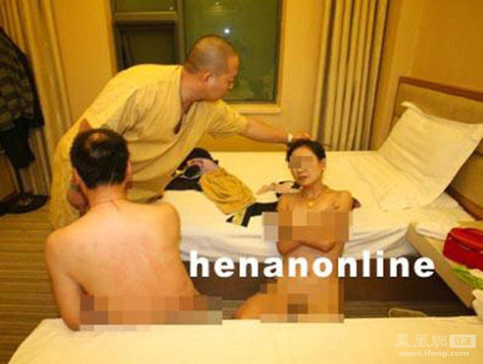 郑州扫黄现场,一名赤裸的涉黄女子被暗访民警揪住头发将脸抬起。 - 月  月 - 阳光月月(看新闻)