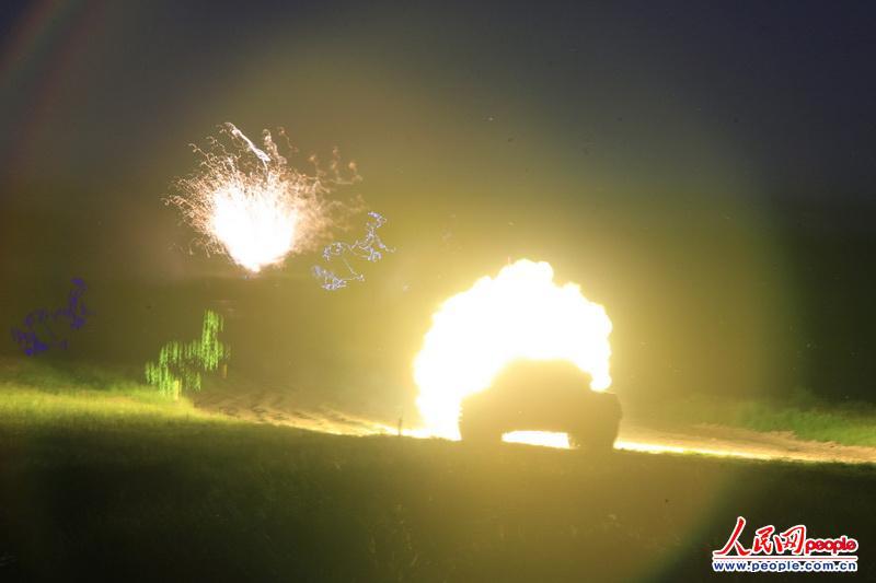 """沈阳军区装甲旅坦克夜间对""""敌""""进行火力打击"""