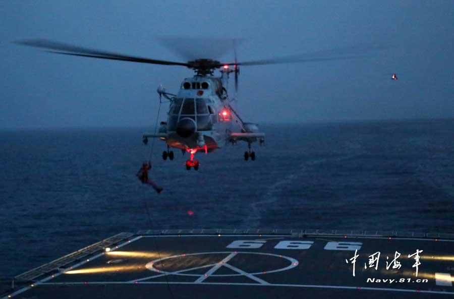 第十五批护航编队在亚丁湾进行首次夜间索降训练
