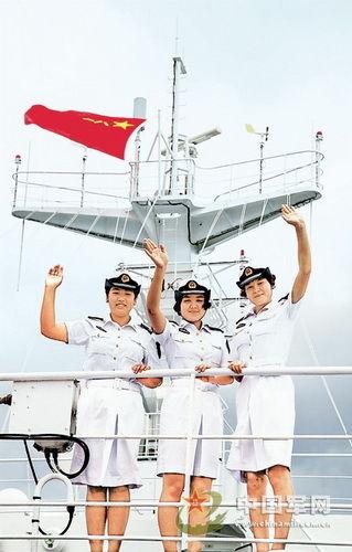古力/努尔帕夏、苏丽亚和古力(由左至右)在甲板上。张浩摄...