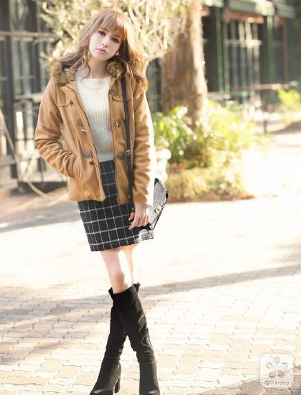 驼色的牛角扣外套搭配格纹短裙