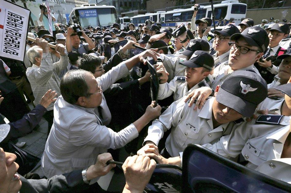 韩国民众举行反日活动 与警方发生冲突 - 月  月 - 阳光月月(看新闻 寓娱乐)