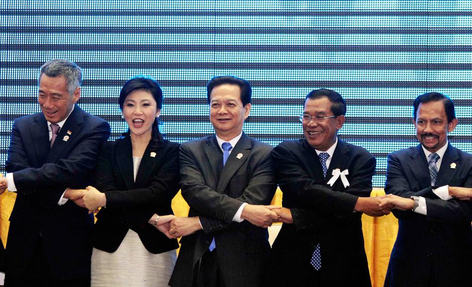 """当地时间11月18日上午,柬埔寨首都金边,第21届东盟峰会在""""和平宫""""拉开序幕,东盟10国领导人将重点讨论深化区域合作、推进一体化进程、积极应对欧债危机及世界经济乏力带来的全球性挑战等问题。图为(从左至右)新加坡总理李显龙、泰国总理英拉、越南总理阮晋勇、柬埔寨总理洪森及文莱苏丹哈吉·哈桑纳尔·博尔基亚。"""