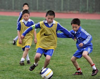 市政府计划组建校园足球队 足球将成中小学必修课