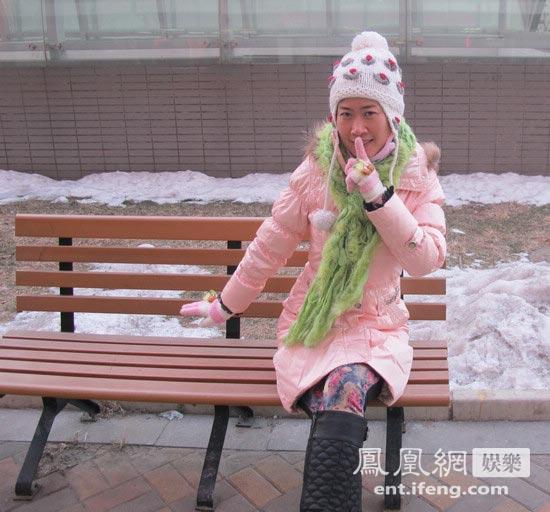 芙蓉姐姐化身粉嫩圣诞小公主 素颜逗雪人装可爱卖萌
