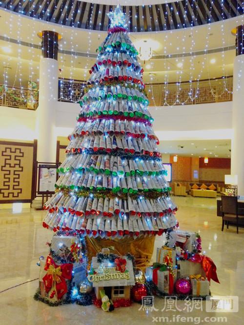最环保报纸圣诞树亮相厦门翠丰温泉酒店