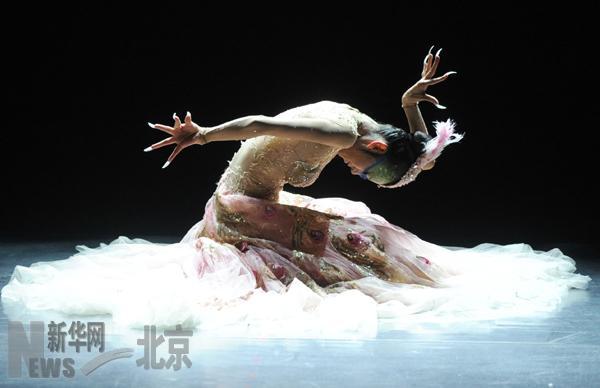 10月24日,杨丽萍在《孔雀》的演出中.当晚,作为国家大剧院首届