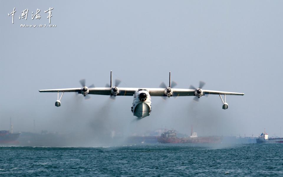 近日,北航某水上飞机部队的战鹰从海上航道正飞往预定海域,实施救援.
