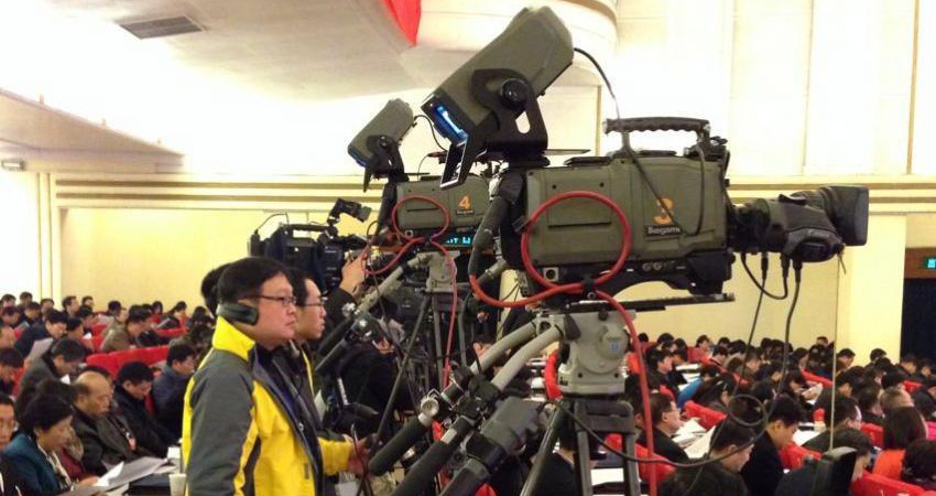会议传真:现场媒体长枪短炮 记录会议