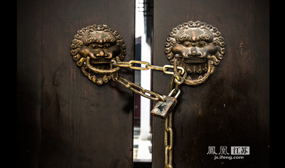 朱家大院的门锁威严又精致,锁链上锈蚀的痕迹,让九十九间半的朱家大院的高贵更增添了几份厚重。考究精致的花纹,一把锁,锁住了多少故事,只能留给后人去寻觅。(实习生 彭铭/摄)