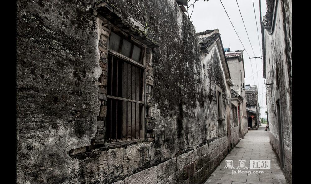 斜阳草树,寻常巷陌。斑驳的石壁外墙,是风霜的印记。徐徐前行,是对未知历史的好奇的探究。(实习生 彭铭/摄)