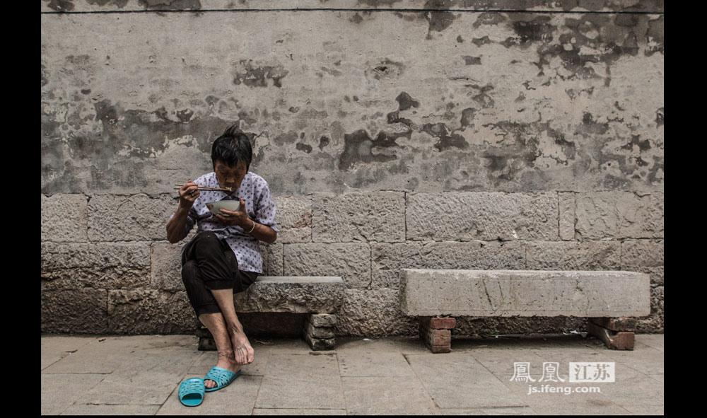 """我遇见谁会有怎样的对白,我等的人他在多远的未来。""""(实习生 彭铭/摄)"""