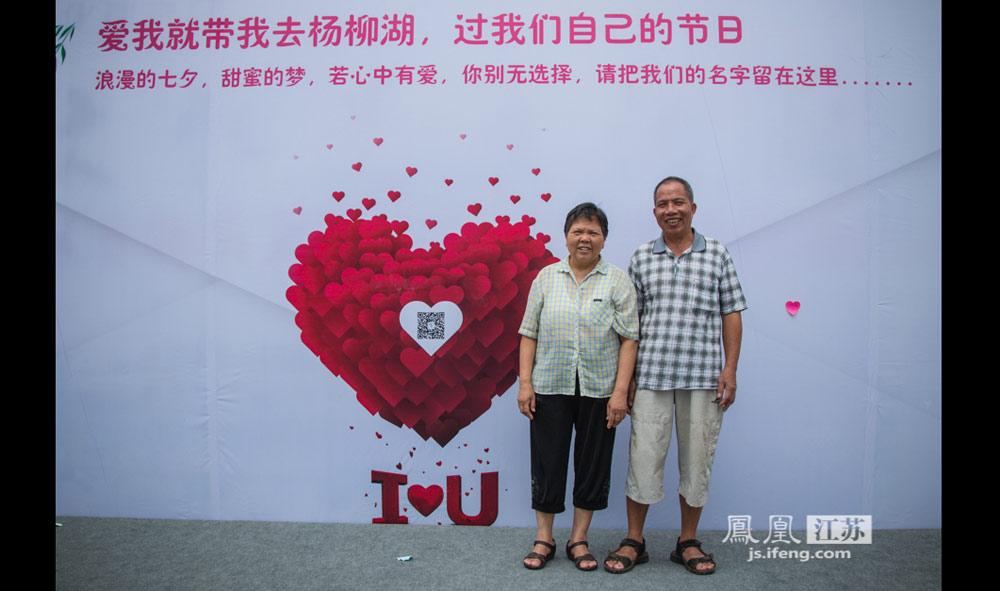恰逢七夕,杨柳湖畔留下了许多夫妻和恋人身影,一对金婚夫妻成为第一对在这里留名的爱人。依依杨柳情,执子之手,与子偕老。(实习生 彭铭/摄)