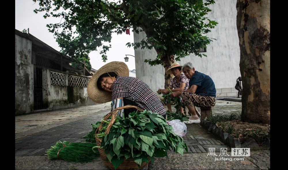 民风淳朴的村民们在收拾刚收下的蔬果,回归田园是多少都市人可望不可即的梦想,杨柳湖的农耕体验,暂停心中的喧嚣,尽享一刻安宁。(实习生 彭铭/摄)