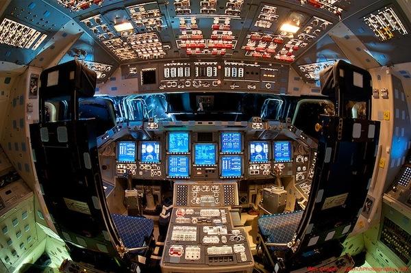 摄影师Dan Winters拍摄的这组名为《太空舱》的照片集清晰地向人们展示了奋进号、亚特兰蒂斯号和发现号三艘航天飞机的驾驶舱,以及航天员们是如何与这些高科技设备打交道的。也许你会觉得操作这些设备来控制飞船的运行就像玩电子游戏一样有趣,但事实上完成这些工作需要大量专业知识,而不仅仅是拉两下操纵杆那样简单。在每一个飞船的驾驶舱四周,都有数不清的操纵杆、开关按钮、仪表和屏幕,航天员们需要熟悉其中每一个操纵装置的功能,才能保证飞船正常运行,因此我们应对他们良好的心理素质致以崇高敬意。(赵文斌)