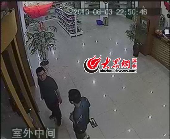 王明在/视频截图:男子跟王明在旋转门处争吵