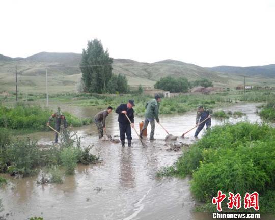 新疆塔城额敏县7月7日突降暴雨,引发山洪爆发,当地抢险抗洪。 于冰 摄 中新网额敏7月8日电 (于冰) 7月7日北京时间15时许,额敏县喀拉也木勒乡突降暴雨,引发山洪爆发,交勒布拉克四村数间民房被洪水围困。 额敏县公安局接到报警后,立即启动抗洪抢险应急预案,出动官兵7人、警力11人、护边员13人,车辆3辆,携带工具立即赶往受灾地点进行救援。 民警到达现场后,立即解救被困老人、小孩,对群众被困财物进行转移,通过运用防洪袋拦截房屋周围洪水,开凿渠道分流泄洪的办法,经过1个小时的奋战,洪水被有效拦截,险情解除