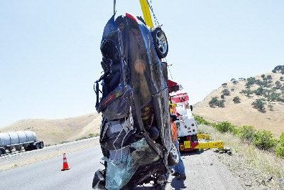 崔明哲/警方将崔明哲的汽车拖吊上来时,绑着安全带的遗体还在车上。(...