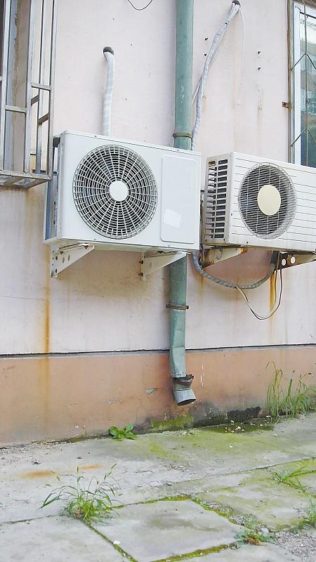 安装不规范现象严重 空调室外机烤煞人