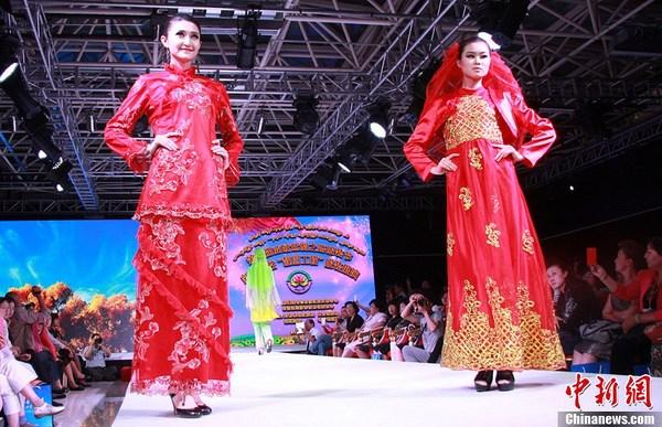 9月11日,新疆妇联、新疆经济和信息化委员会联合在乌鲁木齐举办第二届亚欧丝绸之路服装节新疆女性靓丽工程服装展演活动。新疆妇联从乌鲁木齐市、阿勒泰地区、昌吉州、巴州、喀什地区等地州精选出汉族、维吾尔族、哈萨克族、蒙古族、回族五个民族的160套传统和现代服饰。刀郎舞蹈、蒙古长调、阿肯弹唱、回族花儿、古筝演奏等演艺节目与服装服饰完美融合,为观众献上一场民族特色浓郁、现代气息强烈、时尚绚丽的视觉盛宴。展现的服装体现出民族手工刺绣与现代剪裁技术的融合,传统与时尚的碰撞,尽情演绎着多彩的民族、多彩的时尚,多