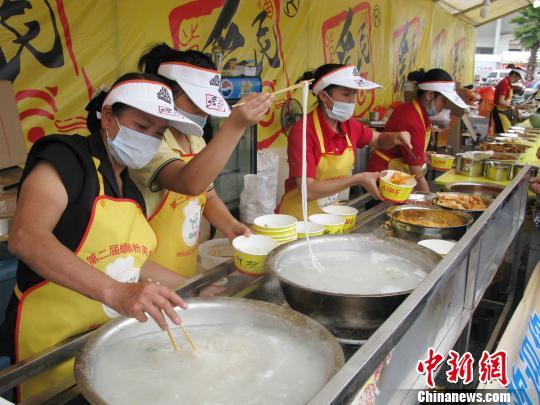广西柳州举办螺蛳粉美食节 倡导光盘行动