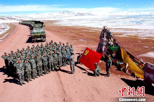 部某汽车团执勤官兵在唐古拉山口西部军人雕像前宣誓