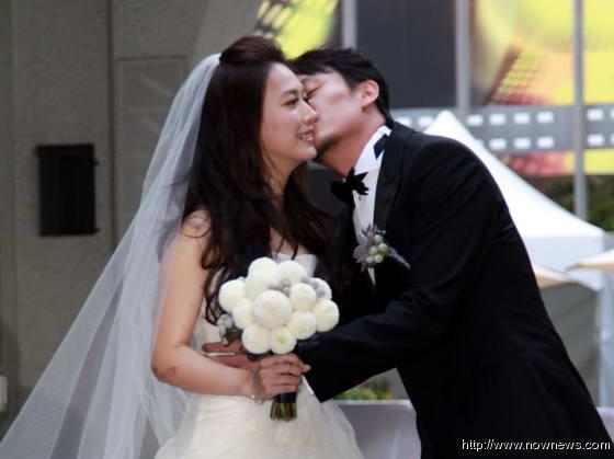 张震(右)亲吻爱妻庄雯如的脸颊。(图片来源:台湾今日新闻网)