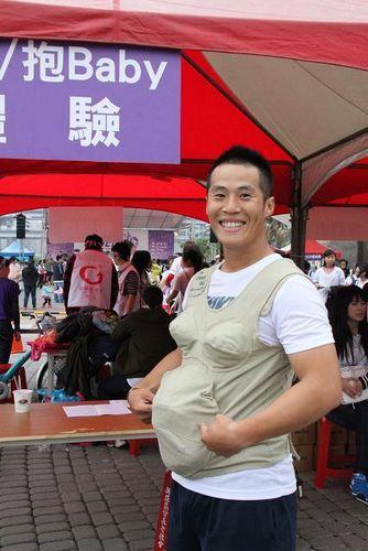 台湾百位男士穿丝袜高跟鞋体验女性生活