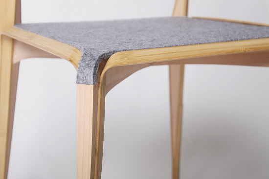 椅面的毛毡延伸到边角,隐藏了一些琐碎的结构,使椅子更简洁美观 设计十星 文/羊城晚报记者 郝婧羽 实习生 陈彦妮 竹子和木是家具寻常材料,但年轻的蔡骏星却使两者碰撞出新的火花,让人眼前一亮。他的毕业设计《叄》体现了对竹木结合的探索以及对传统工艺和现代设计的融合,在众多设计作品中脱颖而出,获得一致好评。 儿时的记忆 成为创作动力 谈到竹子,蔡骏星就掩饰不住兴奋。他告诉记者,他热爱竹子,不单单是喜欢竹子的本身,竹子能唤醒他儿时美好回忆。当他还是一个小孩子时,他就常常用竹子做玩具。嘣嘣枪听过吗?就是利用竹