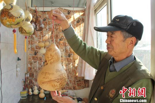 口七旬老翁自制葫芦工艺品送人 被称 福禄娃