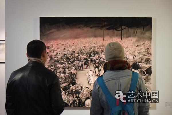观众在观看陆超的布面油画《斗》
