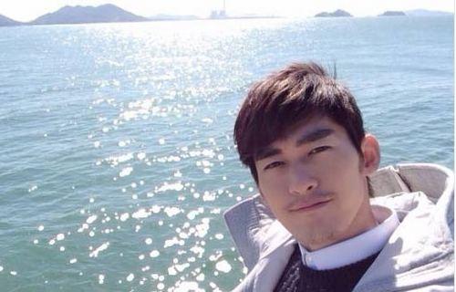 张翰海上阳光自拍 温暖帅气蓄须显成熟魅力