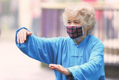 雾霾天气市民外出活动应该佩戴口罩。杨涛摄