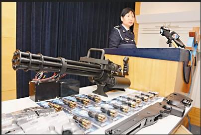 """澳门警方缉获仿真枪,包括""""重型武器""""火神炮。来源:香港《文汇报》 原标题:澳门海关破获走私仿真枪案 拘捕一台湾男子(图) 中新网12月5日电 据香港《文汇报》报道,澳门海关联同治安警侦破2宗走私仿真枪零件案,拘捕一名从事贸易的台湾男子,行动中先后在内港码头报称五金配件货箱以及在北区某货仓起出大批包括左轮、曲尺及俗称""""火神炮""""的仿真电动机关枪。调查发现有关人士未有正式申报入口,海关已将该批""""武器""""送交治安警枪械暨弹药科进一步鉴定,不排"""