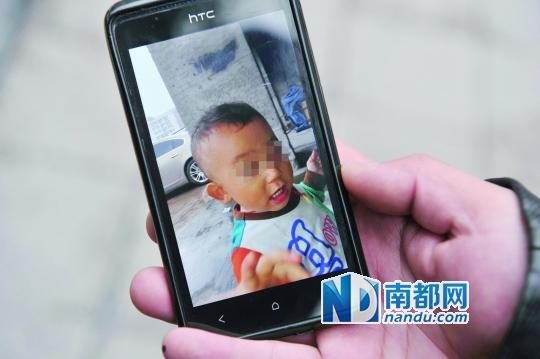 爸爸手机里的原原的照片。C FP图片