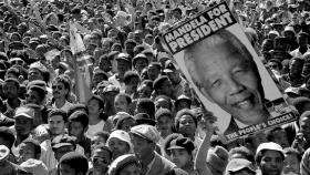 1994年,人们庆祝曼德拉当选南非总统。南非的转型,奇迹般地以和平方式实现。资料图片